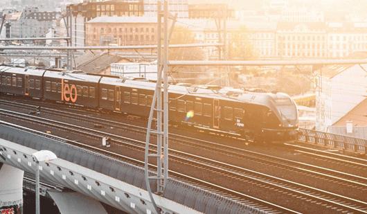Na jednání vlakem